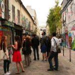 Бездомные экскурсоводы показывают туристам другую сторону европейских столиц
