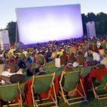Парижский парк превратился в кинотеатр под открытым небом