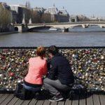 С моста искусств в Париже снимут замки влюбленных