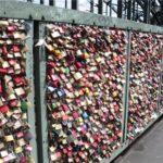 В Париже запретили вешать замки на мостах